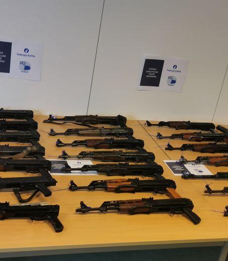 Twee Nederlanders gearresteerd na vondst 21 kalasjnikovs en 150.000 euro in Belgische garage