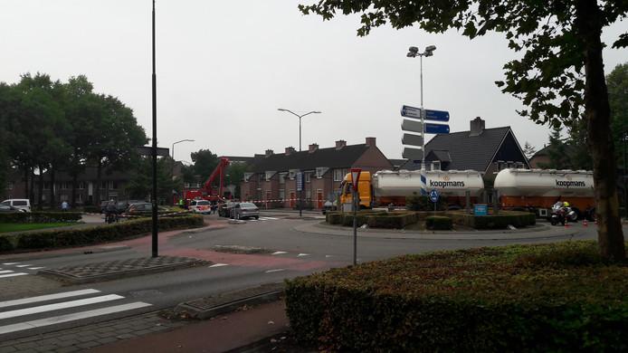 De Willem de Haasstraat in Gemert is afgezet, om de man op het dak niet af te leiden.