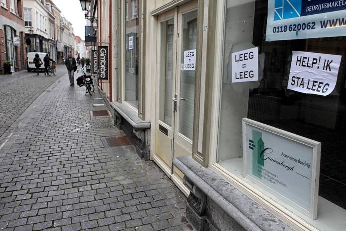 """Leegstand in de binnenstad van Bergen op Zoom. Projectleider Binnenstad Richard Stomp: """"Mensen van buiten moeten op de trein of in de auto springen: 'Ik móet naar Bergen op Zoom!' Maar hebben wij die wow-factor?"""" archieffoto bn destem/chris van klinken"""