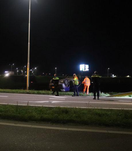 Bestuurder slaat met auto over de kop op snelweg bij Vuren