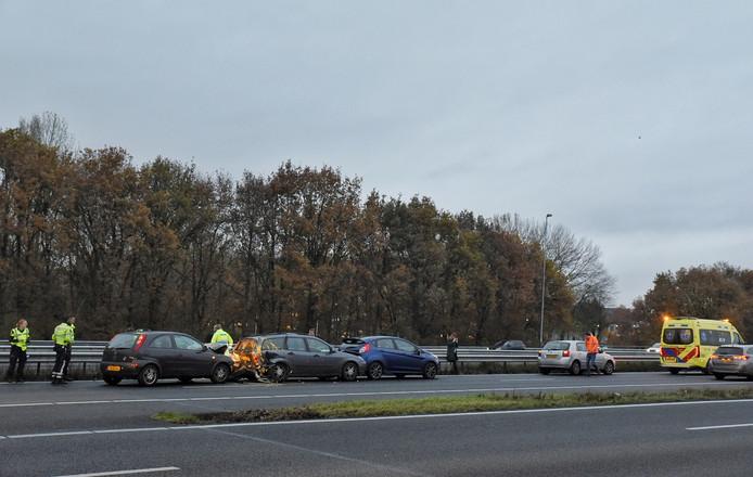 Verf spat door auto bij ongeluk op A65 bij Tilburg, meerdere lichtgewonden.