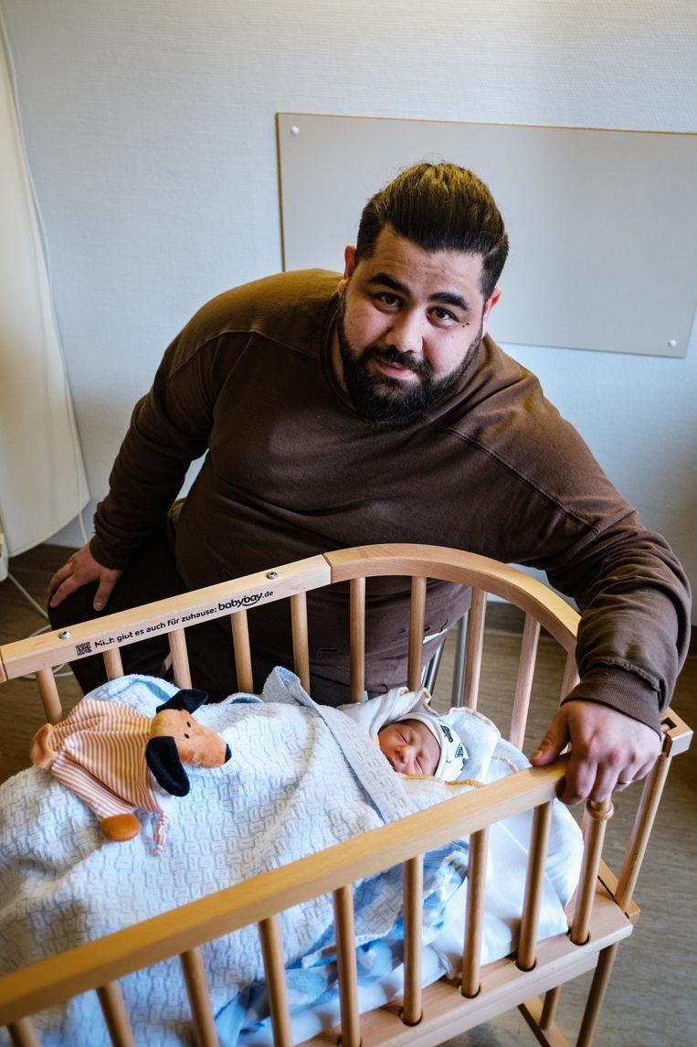 Semih Unal met zijn pasgeboren zoontje waarvan altijd gezegd was dat het een meisje zou zijn.