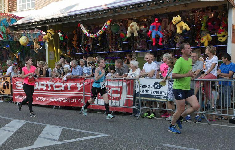 De bezoekers van de kermis moedigden de deelnemers van de Stratenloop aan.
