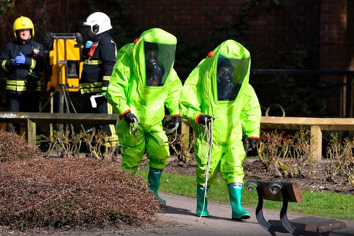 Brandweermannen bij het bankje in Salisbury waarop oud-spion Sergei Skripal en zijn dochter Joelia werden aangetroffen.