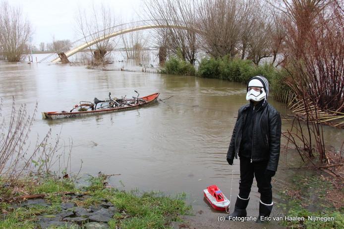 Deze jongen had zijn reddingsboot meegenomen naar het hoge water, omdat hij later op een reddingsboot wil gaan werken. Nu is Star Wars nog zijn grote hobby.