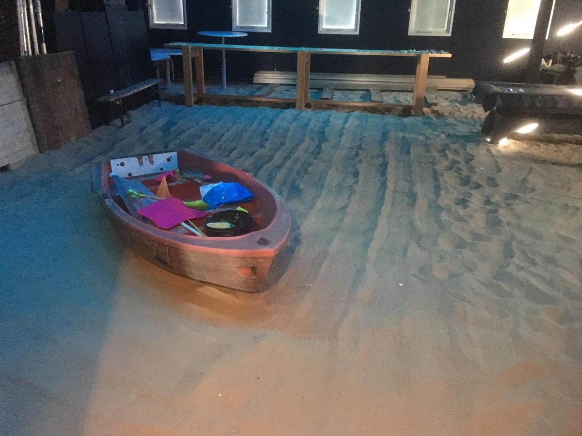 In het paviljoen is een binnenstrand aangelegd, er zijn bergen strandzand gelost om dat mogelijk te maken.