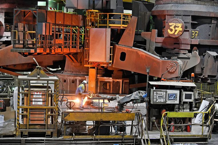 Een arbeider aan het werk bij Tata Steel in IJmuiden, een van de modernste hoogovens van de wereld. Beeld Guus Dubbelman / de Volkskrant