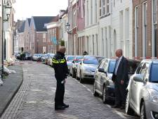 Burgemeester Koelewijn bezoekt Kamper straat waar politie onderzoek doet naar overleden man