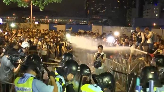 In Hongkong gingen zondag honderdduizenden mensen de straat op in protest tegen een voorgenomen wet. Na het protest probeerde een groep protestanten de Raad van State binnen te dringen.