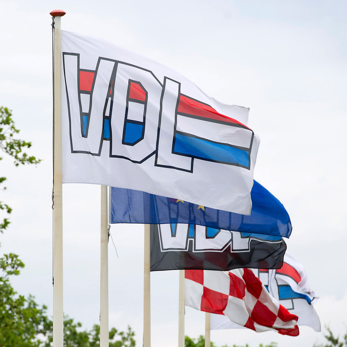 Vlaggen bij het hoofdkantoor van de VDL Groep.