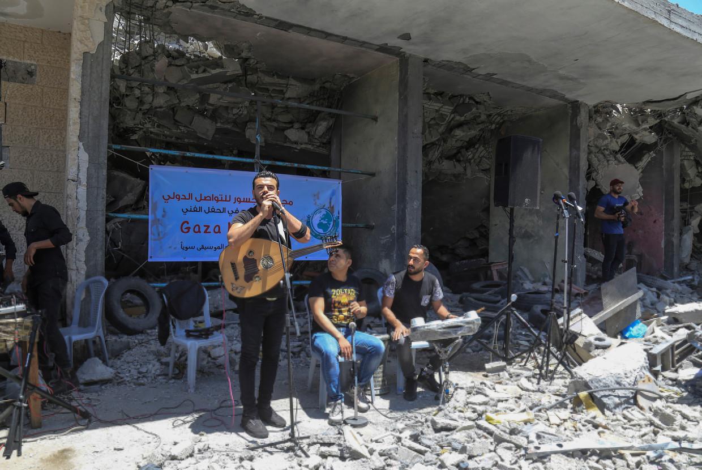De Palestijnse band Dawaween geeft een optreden op een alternatief Eurovisiesongfestival op de ruïnes van huizen in Gaza.