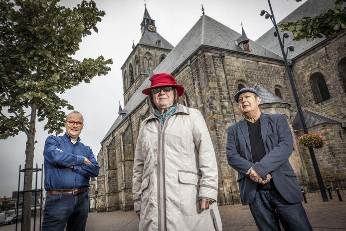 Archeoloog/auteur Huub Slot, auteur/samensteller Tilly Hesselink-Van der Riet en illustrator Diego Semprun Nicolas (vanaf links) voor de Plechelmusbasiliek, waar vrijdag het lijvige boekwerk over De Hof Oldenzaal ten tijde van Karel V en de Spaanse bezetting wordt gepresenteerd.