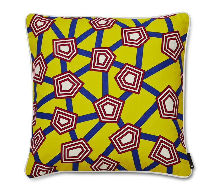Kussen 'Penta' is een ontwerp van Nathalie du Pasquier voor 50 x 50 cm, € 72. Beeld Anne Dokter