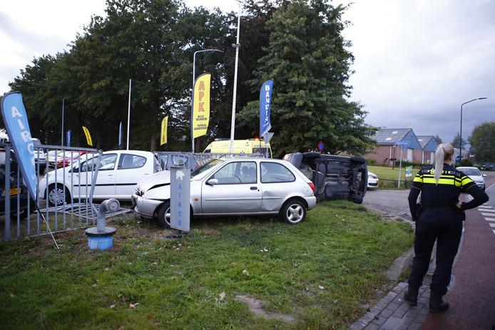 Bij een botsing in Boxmeer reed een van de twee auto's door het hek van een autobedrijf.