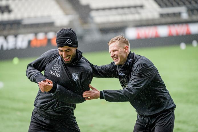 Heracles-middenvelders Mo Osman (links) en Sebastian Jakubiak zijn dikke vrienden en net terug van een blessure.