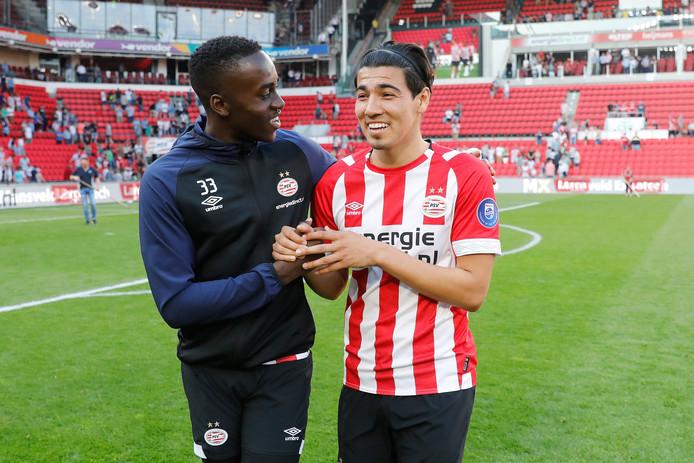 Een dolletje tussen Érick Gutiérrez (rechts) en Jordan Teze na PSV-ADO Den Haag.