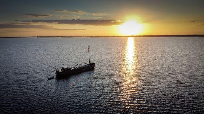 Piet van Schendel ligt met zijn historisch binnenvaart vrachtschip al maanden op de Beulakerwijde. Elke avond een prachtige zonsondergang