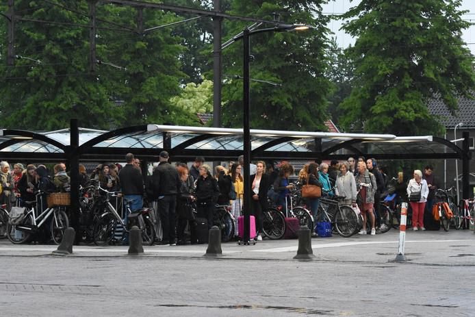 Reizigers wachten in Wijhe op bussen van de NS.