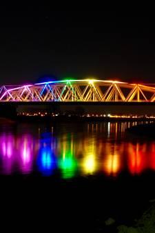 Brug Westervoort in regenboogkleuren uit solidariteit voor mishandelde Jasper en Ronnie