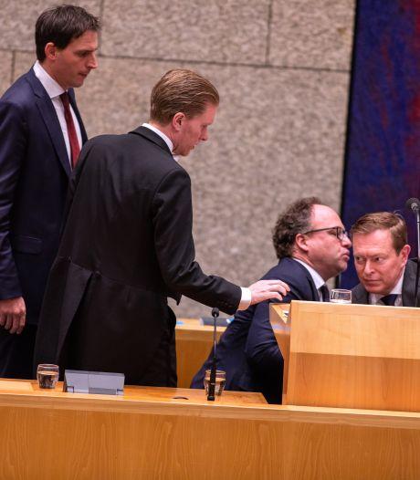 Minister Bruins wordt onwel en verlaat coronadebat: 'Flauwte door oververmoeidheid'