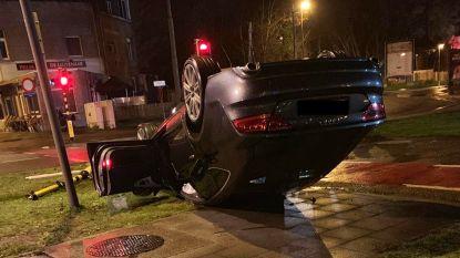 Jonge bestuurder gaat over kop de kop na crash tegen betonblok
