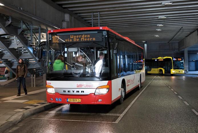 Een bus van Syntus op het streekbusstation bij Utrecht Centraal.