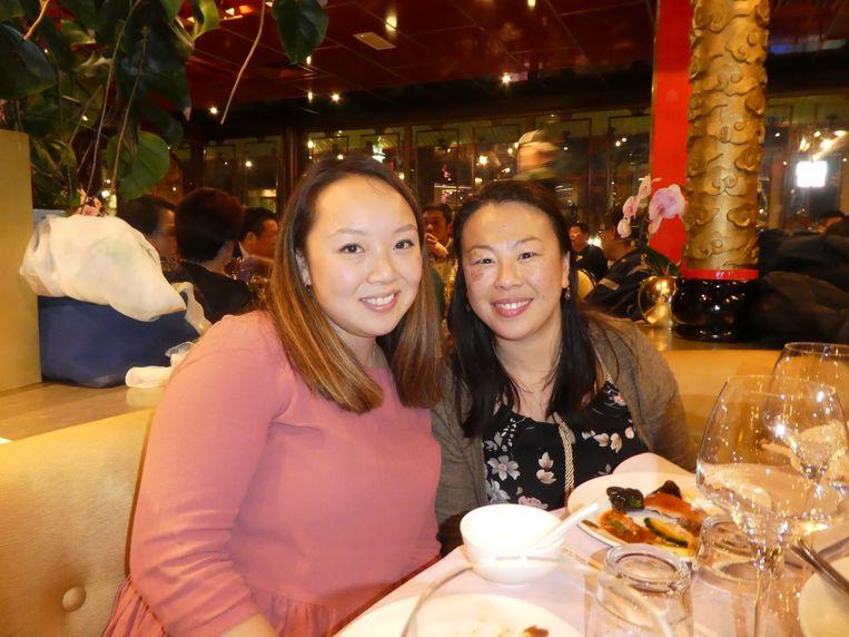 Disgenoten Xing Fen en Jinai Looi van kookstudio Het zesde geluk; een workshop bij haar is een van de loterijprijzen. (Ook al niet gewonnen.) Beeld Hans van der Beek