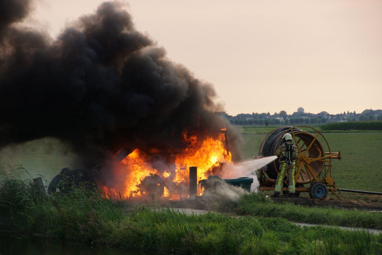 De brandweer probeert het vuur te blussen.
