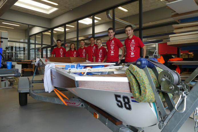Het team van het Baanderherencollege maken de boot gereed voor vertrek naar Akkrum.