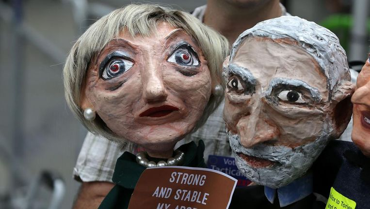 Handpoppen van Theresa May en Jeremy Corbyn. Beeld null