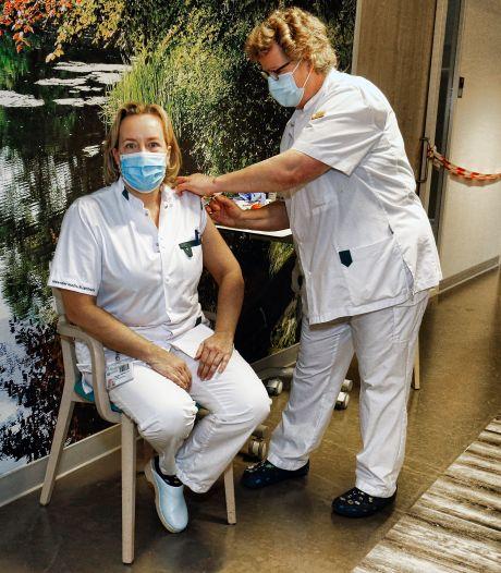Verpleegkundigen van Meander zijn boos: Waarom kregen managers een vaccinatie en wij niet?