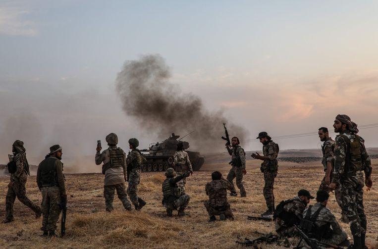 Turkse strijders en hun Syrische bondgenoten vlak bij Manbij, Noord-Syrië.  Beeld AFP