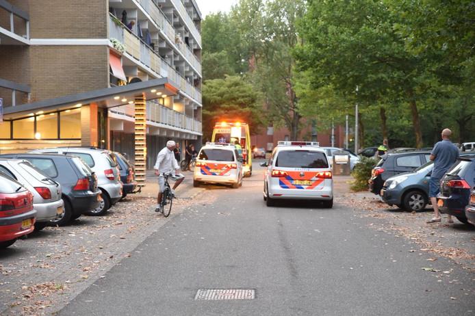 Hulpdiensten bij de Arnhemse flat na het steekincident.