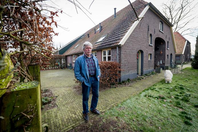 Bewoner Jan Hoks voor zijn woning, die volgens de gemeente geen zelfstandige woning is binnen de ooit gesplitste boerderij.