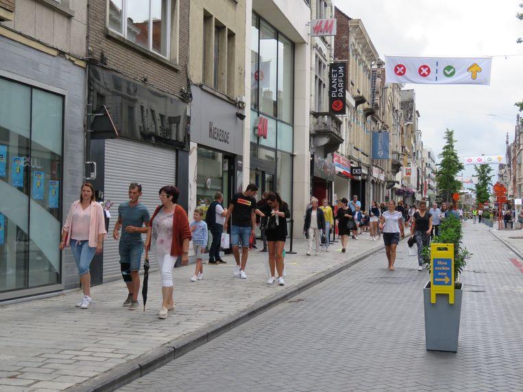 De Ooststraat is heel het weekend verkeersvrij en opgedeeld in twee wandelrichtingen.