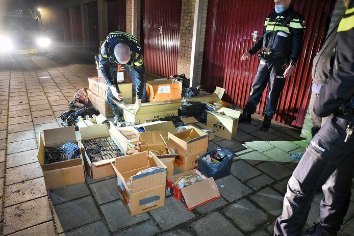 Het vuurwerk lag in een garagebox, agenten hebben het naar buiten gehaald.