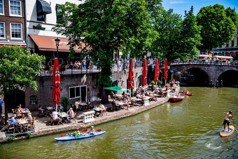 Drukte op de terrassen in Utrecht tijdens tweede pinksterdag.   Beeld Hollandse Hoogte / Robin Utrecht