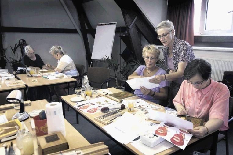 Docente iconen schilderen Wil de Groot (uiterst links) werkt zoveel mogelijk volgens de regels die de Russisch-orthodoxe traditie voorschrijft.