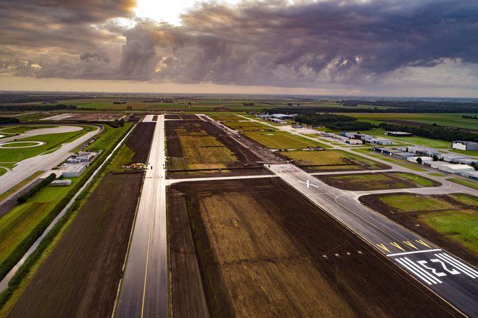 De bouw van Lelystad Airport. Op de foto de oude start/landingsbaan die verbreed wordt en aagepast voor de grotere vliegtuigen die straks gaan landen.