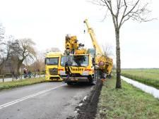 Kraanwagen rijdt zich klem in zachte berm; weg tussen Waarder en Papekop gestremd