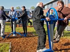 Opa's en oma's spelen in Oud Gastel in de speeltuin mee in plaats van toekijken