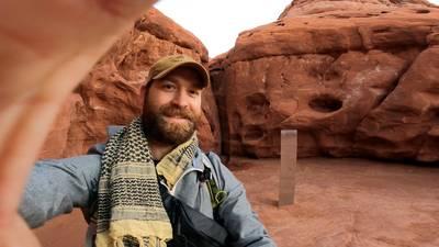 avonturiers-wagen-zich-aan-zoektocht-naar-mysterieuze-monoliet-in-woestijn