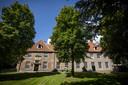 De restauratie van de daken van de Stiftshuizen viel 30.000 euro duurder uit.