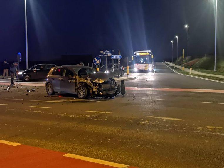 De personenwagen raakte zwaar beschadigd.