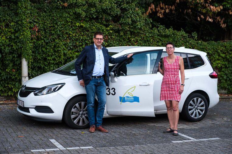 Schepen Kris Van Hoeck en duurzaamheidsambtenaar Heidi Nuyts stellen het autodeelproject voor.
