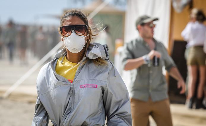Deze vrouw had een mondmasker op om zich te beschermen tegen het zand.