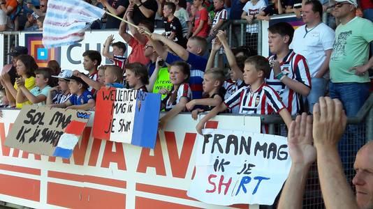 Jeugdige supporters smeekten om het shirt van Fran Sol.