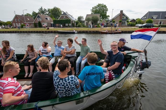 In Gramsbergen is zaterdag de G-parade gehouden. Ongeveer 200 mensen met een beperking hebben op een boot over de Vecht gevaren.