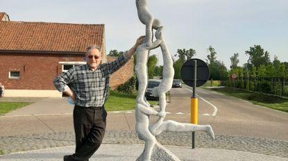 Beeldhouwwerk 'Kleffers' van trainer op rust Louis (82) staat nu op rotonde van het Bolleke
