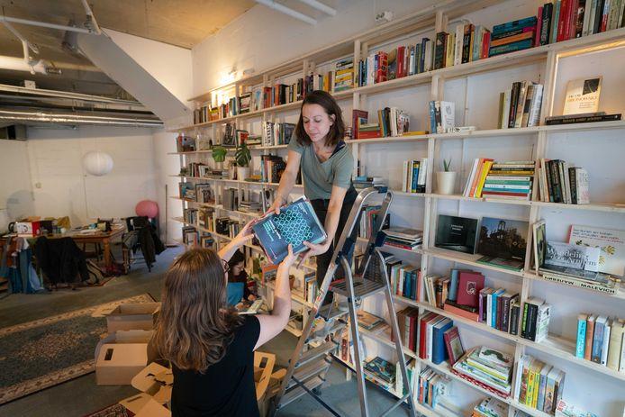 Carmen van Deuren (rechts) zet de boeken op hun plaats.